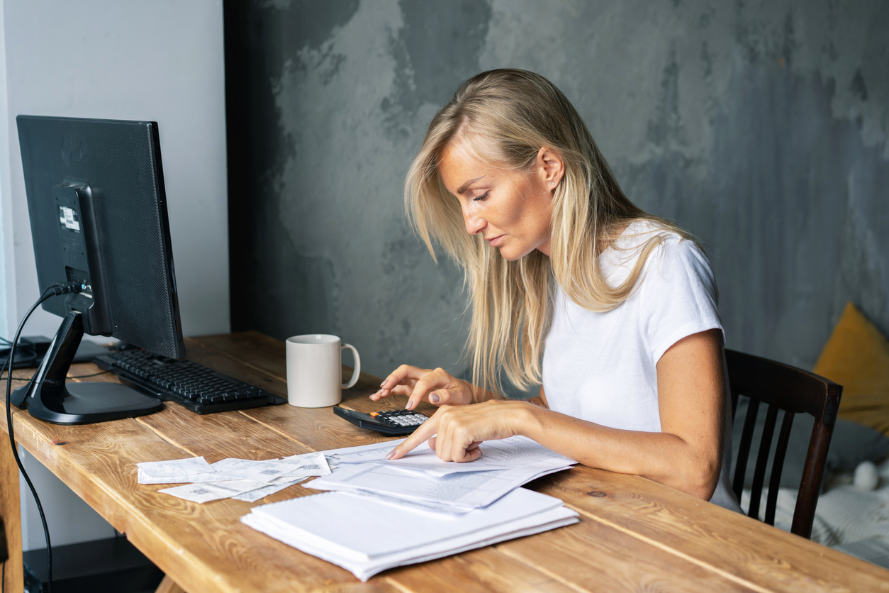 woman analyzing her credit score for lease